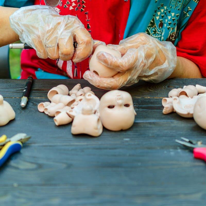 Żeńskie ręki robią lalom BJD w miejscu pracy Przetwarzać obrazy royalty free