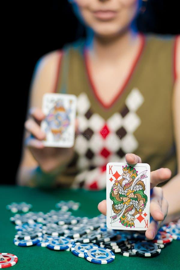 Żeńskie ręki rozkładają karty do gry i układy scalonych w kasynie obraz royalty free