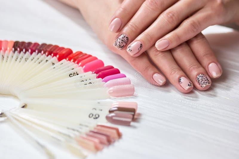 Żeńskie ręki z nagim manicure'em zdjęcia stock
