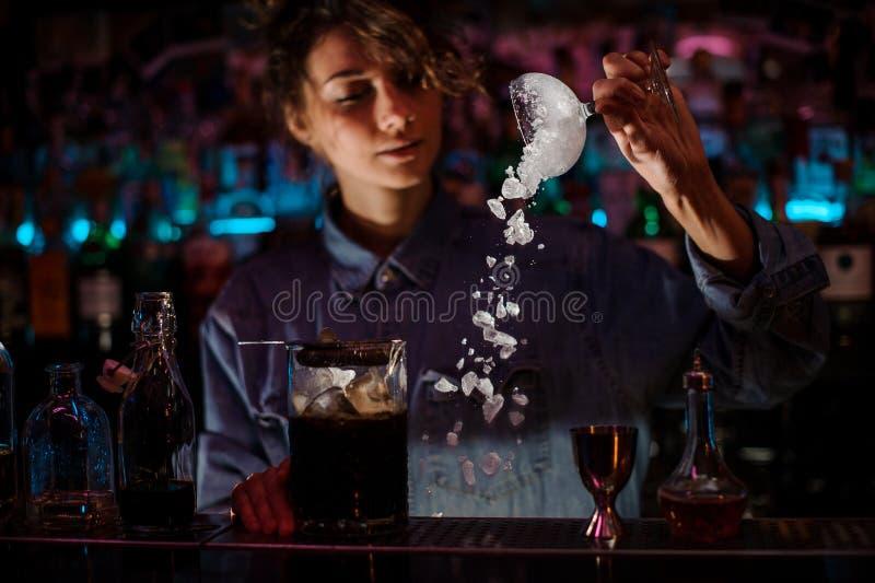 Żeńskiego barmanu koktajlu pusty szkło od lodu obrazy stock