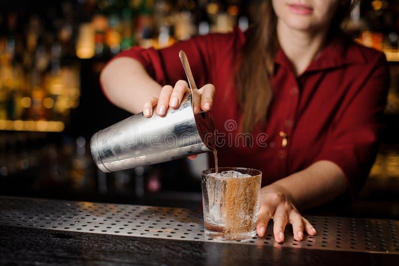 Żeńskiego barmanu podsadzkowy koktajl w szkło zdjęcia royalty free