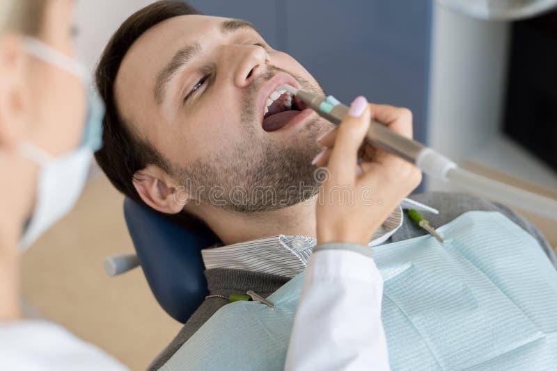Żeńskiego dentysty Podsadzkowi zagłębienia fotografia royalty free