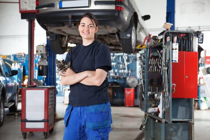 żeńskiego garażu mechanika uśmiechnięci potomstwa zdjęcia stock