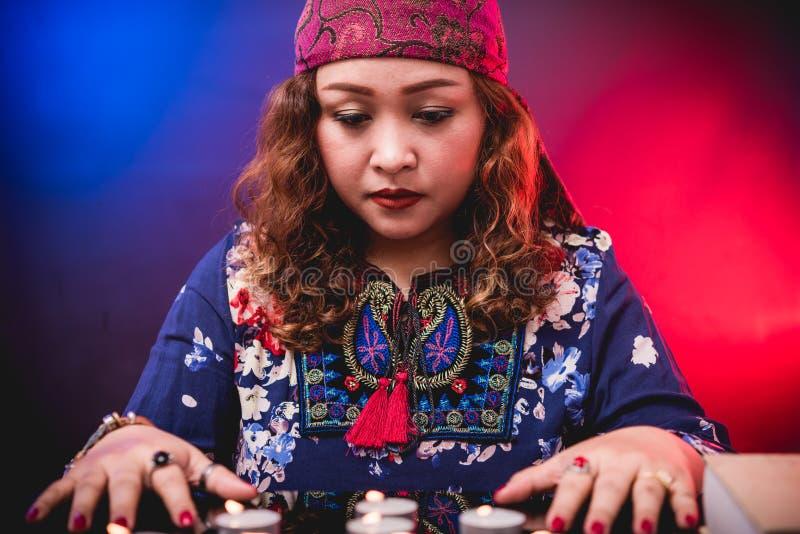 Żeńskiego kobiety seer narratora psychiczny fortuneteller zdjęcia stock
