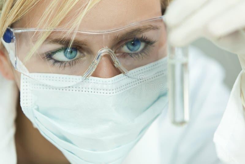 żeńskiego laboranckiego naukowa próbna tubka obrazy stock