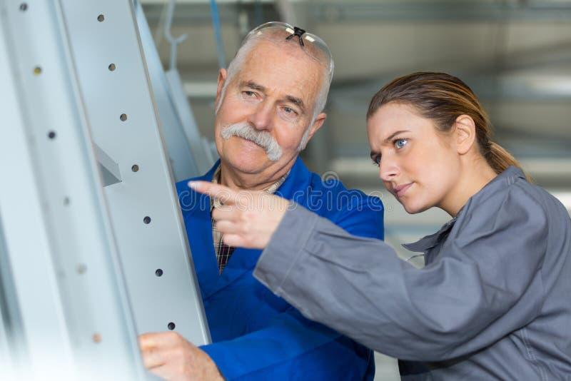 Żeńskiego pracownika pracowników rysunkowa starsza uwaga wskazywać obraz stock