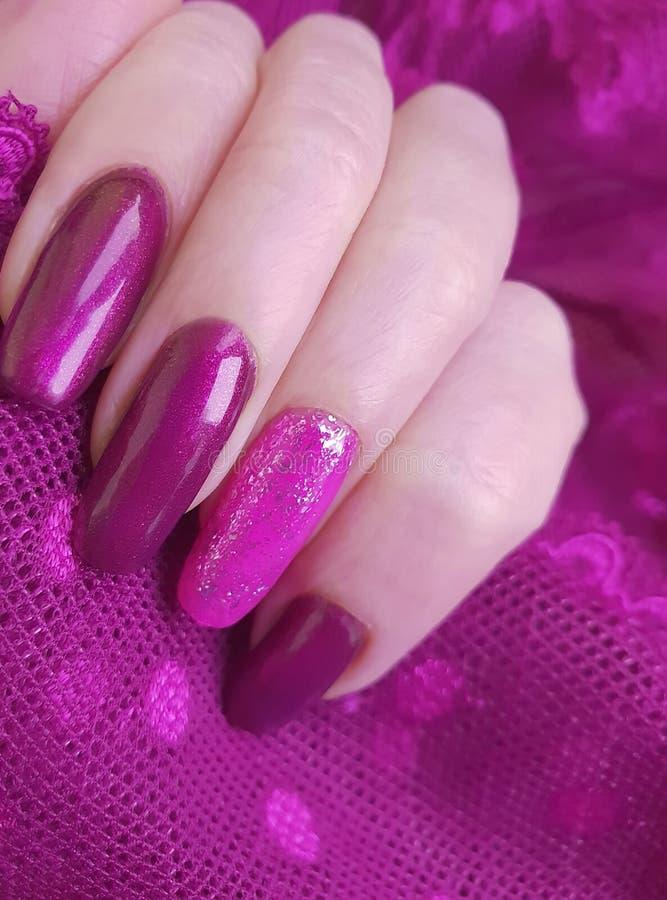 Żeńskiego ręka manicure'u stylu kreatywnie połysku modna koronkowa kreatywnie estetyka, elegancka, elegancja zdjęcia royalty free