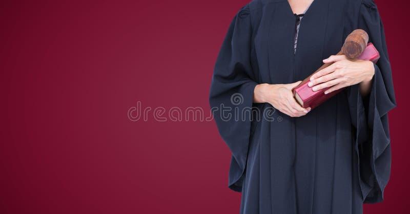 Żeńskiego sędziego w połowie sekcja z książką i młoteczek przeciw wałkonimy się tło obraz royalty free