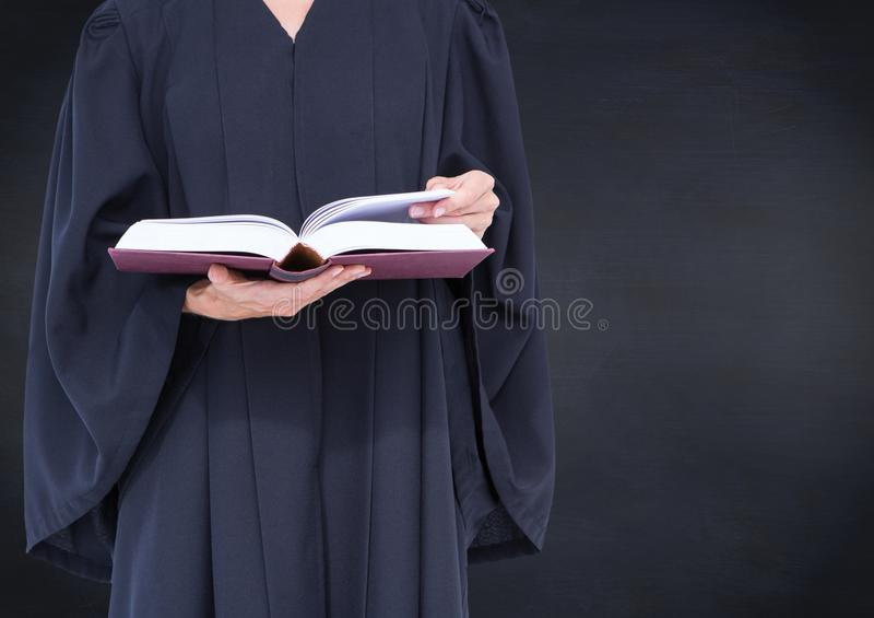 Żeńskiego sędziego w połowie sekcja z otwartą książką przeciw marynarki wojennej chalkboard zdjęcia stock