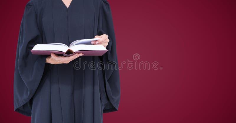 Żeńskiego sędziego w połowie sekcja z otwartą książką przeciw wałkoni się tło obraz stock