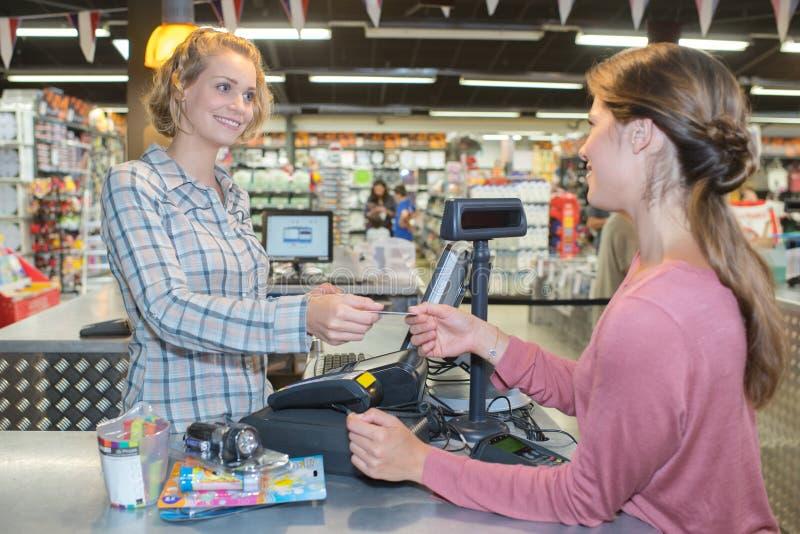 Żeńskiego sprzedaży Pomocniczego mienia Kredytowa Karciana maszyna zdjęcie royalty free