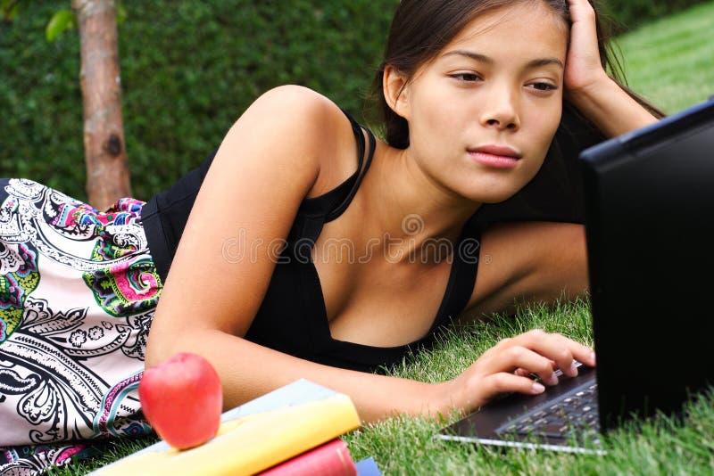 żeńskiego ucznia studiowanie obraz stock