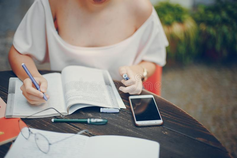 żeńskiego ucznia studiowanie zdjęcie stock