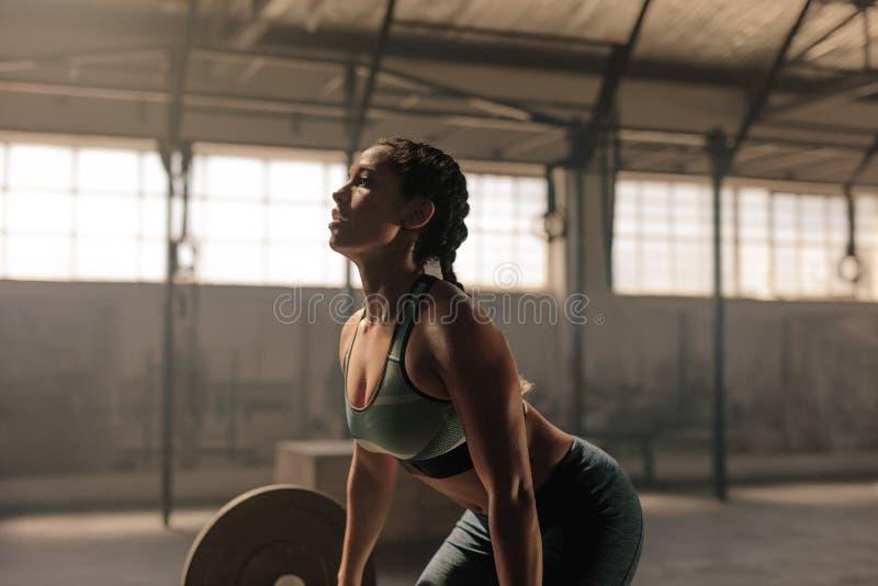 Żeńskiej atlety udźwigu ciężary w gym obrazy royalty free