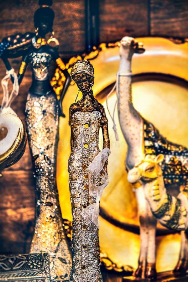 Żeńskiej indyjskiej statuy pionowo tło zdjęcie royalty free