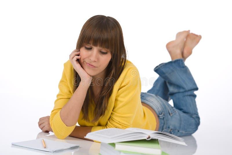 żeńskiej pracy domowej studencka nastolatka myśl pisze obrazy stock