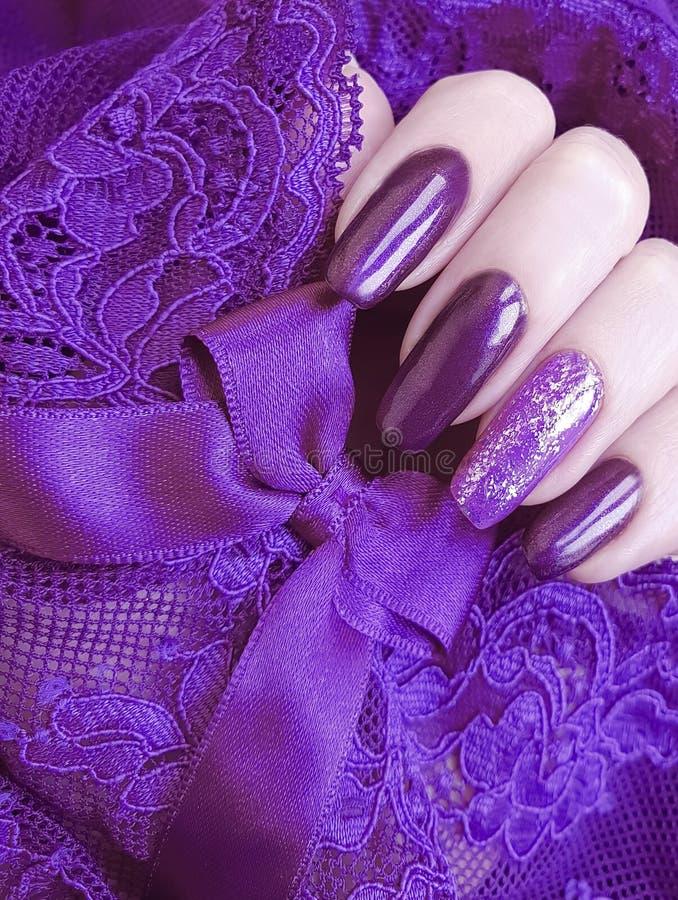 Żeńskiej ręka manicure'u koronki kreatywnie estetyka, elegancka, elegancja obraz royalty free