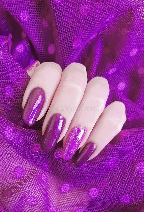 Żeńskiej ręka manicure'u połysku koronki kreatywnie estetyka, elegancka, elegancja zdjęcia stock