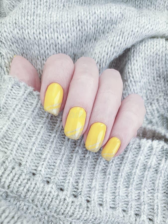 Żeńskiej ręki manicure'u piękna puloweru żółty salon relaksuje zimy dekorację zdjęcie royalty free