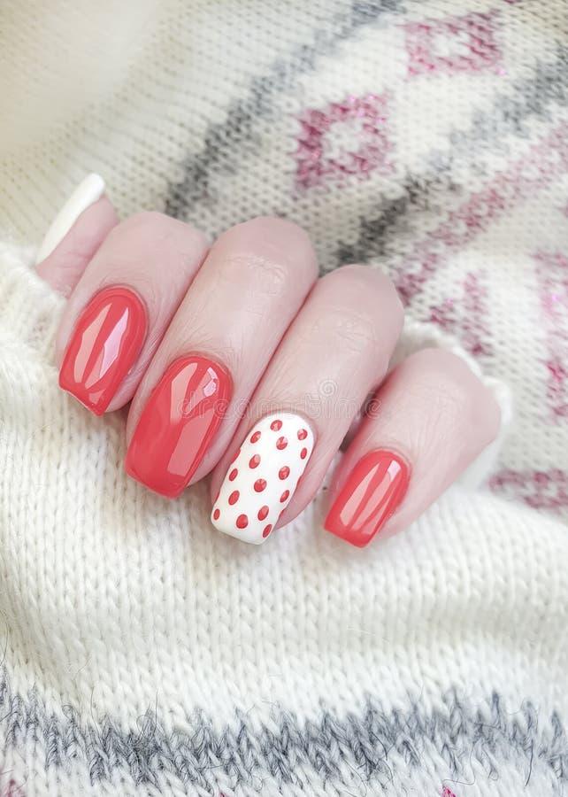 Żeńskiej ręki manicure'u piękny czerwony pulower zdjęcia royalty free