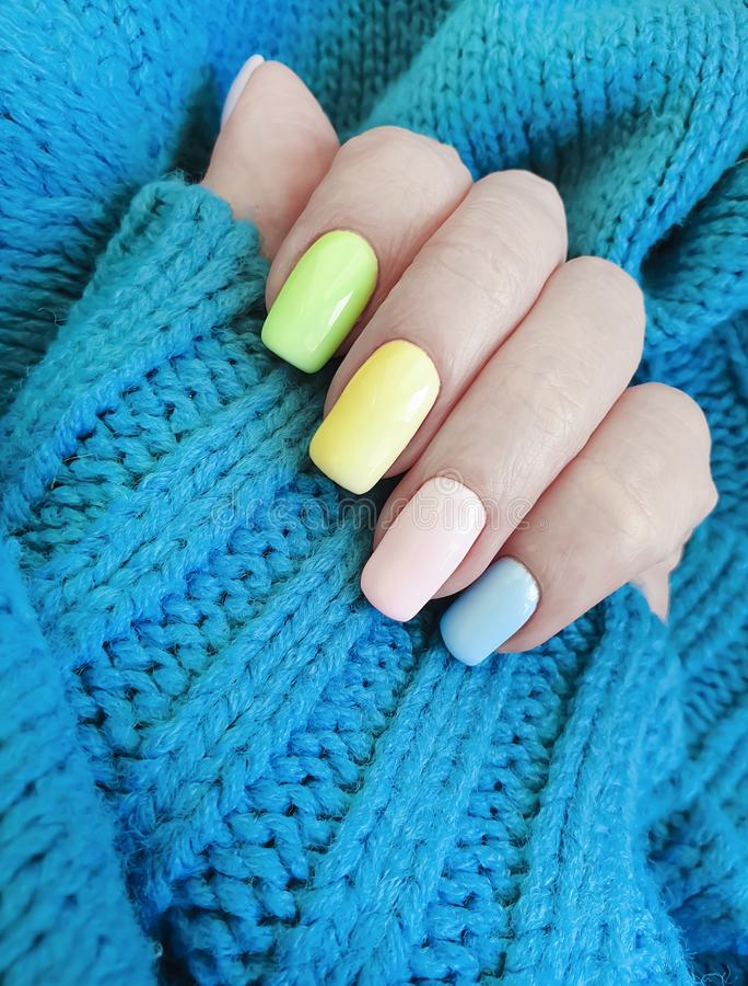 Żeńskiej ręki manicure'u puloweru piękny splendor obrazy royalty free