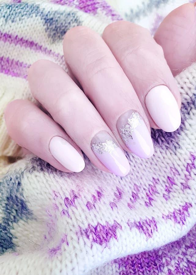 Żeńskiej ręki manicure'u puloweru splendoru piękny projekt elegancki fotografia royalty free