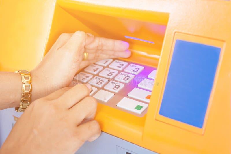 Żeńskiej ręki ochrony pisać na maszynie kod chuje je obrazy royalty free