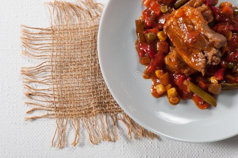 Żeberka wieprzowe z kukurydzą, pieprzem, pomidorami i fasolą zieloną obraz stock
