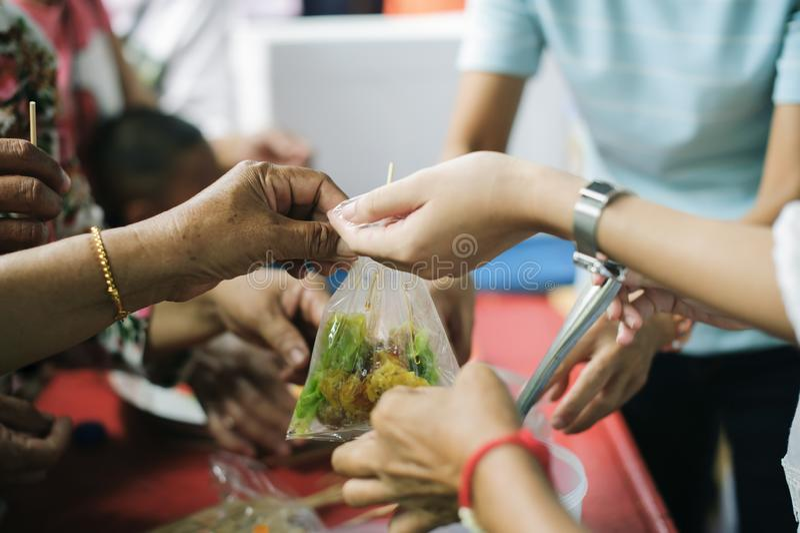 Żebrak czekać na jedzenie od dobroczynności pomocy: pojęcie błagać i głód: Głodów problemy bieda byli fotografia stock