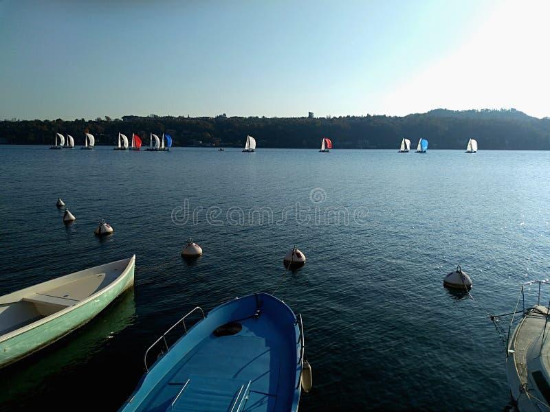 Żeglować jachty pod pełnymi żaglami przy regatta Jachting drużynowa rywalizacja zdjęcia royalty free