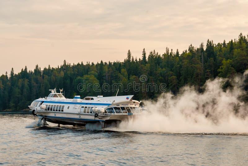 Żeglować na rzeki hydrofoil statku z pełną prędkością obraz stock