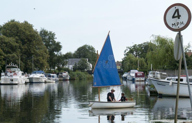 Żeglowanie łódź na Rzecznym Waveney fotografia royalty free