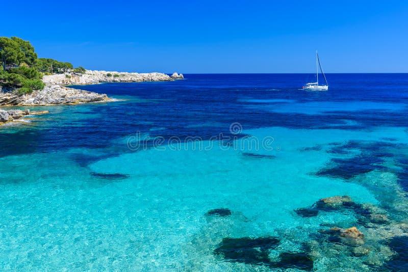 Żeglowanie łódź przy Cala Ratjada, Mallorca - piękna plaża i wybrzeże zdjęcie royalty free
