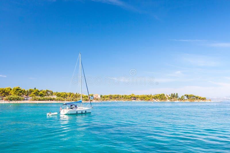 Żeglowanie łódź w Supetar schronieniu na Brac wyspie zdjęcia stock