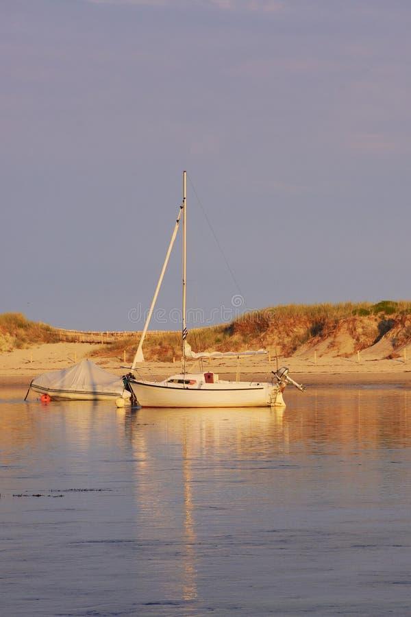 Żeglowanie łódź w wieczór słońcu przed Benodet obrazy stock