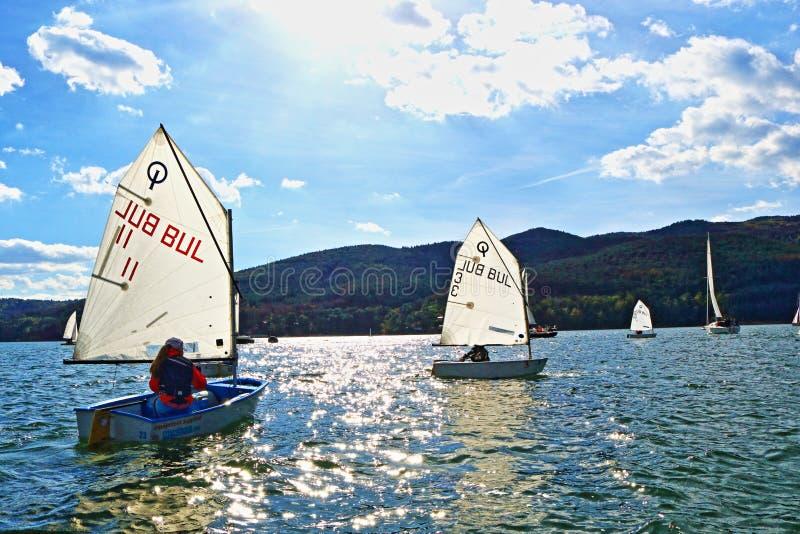 Żeglowanie łodzi kadetów ścigać się obraz stock