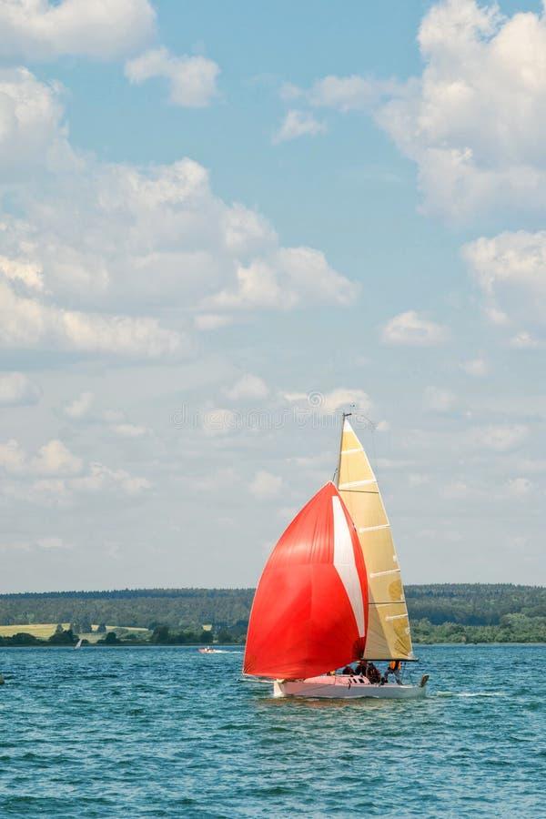 Żeglowanie jacht iść zatoka obrazy royalty free