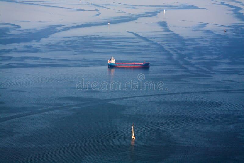 Żeglowanie jachty i statku bunkier iść morze na widok zdjęcia stock