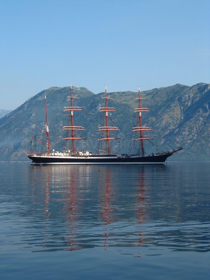 Żeglowanie statek Sedov przy kotwicą obrazy stock