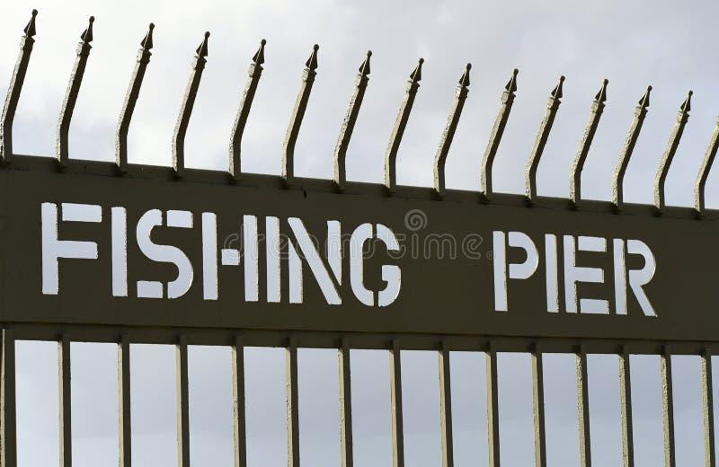 Żelazna brama z znakiem - połowu molo zdjęcie royalty free