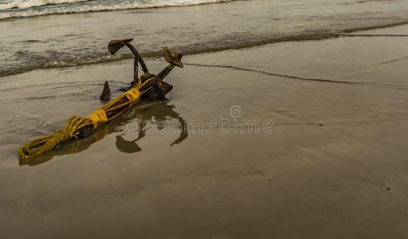 Żelazna kotwica mała łódka obrazy royalty free