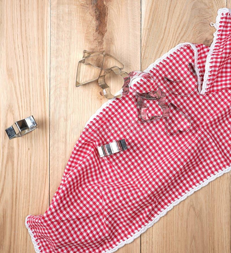 żelazny bakeware i czerwony kuchenny ręcznik na drewnianym tle zdjęcia stock