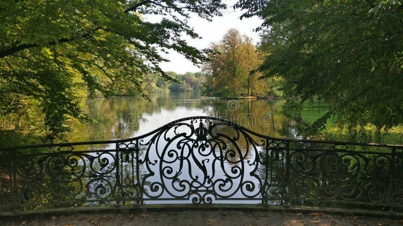 Żelazny bridżowy przegapia jezioro zdjęcia royalty free