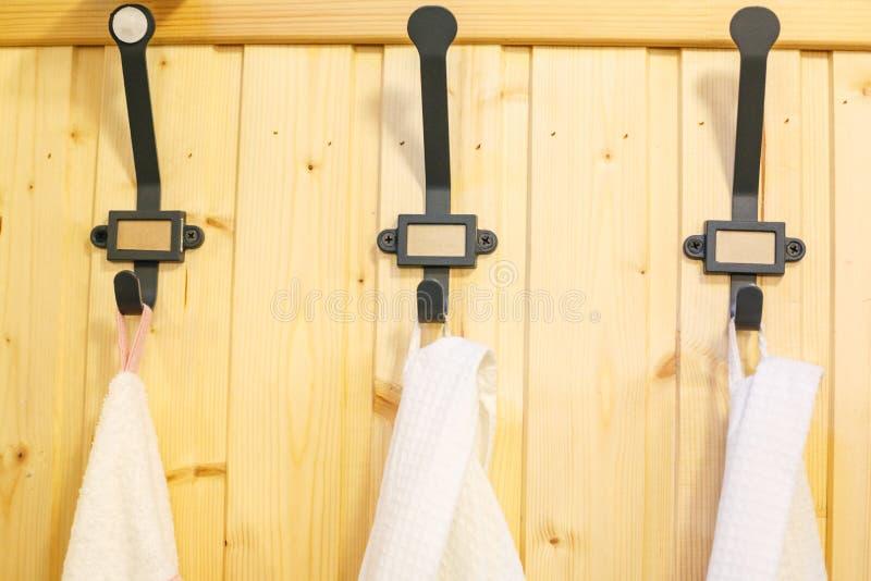 Żelazny czerń haczy dla odziewa na drewnianej ścianie fotografia stock