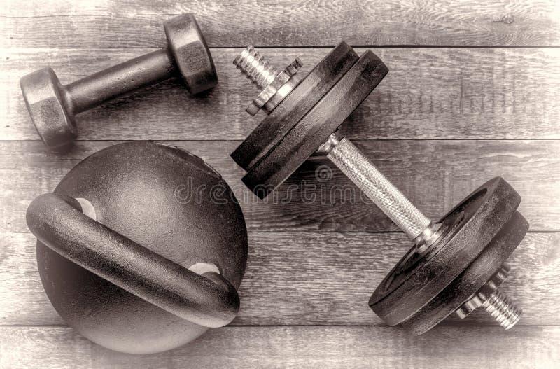 Żelazny kettlebell i dumbbells - sprawności fizycznej pojęcie obraz stock