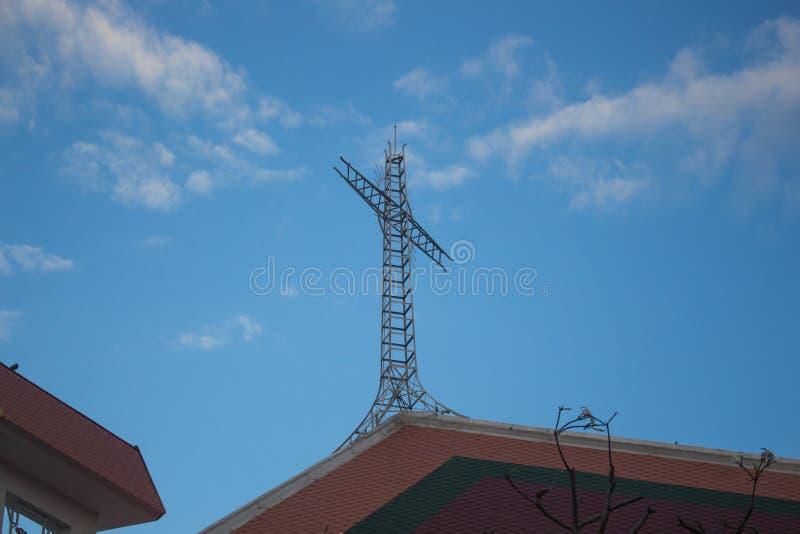 Żelazny krzyż z niebieskim niebem i chmurami fotografia stock