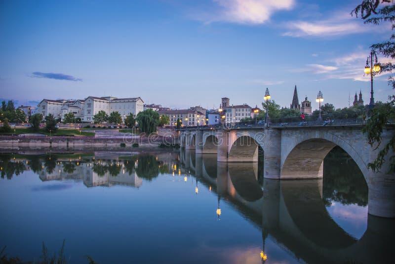 Żelazny most w Ebro, Logrono, los angeles Rioja obrazy stock