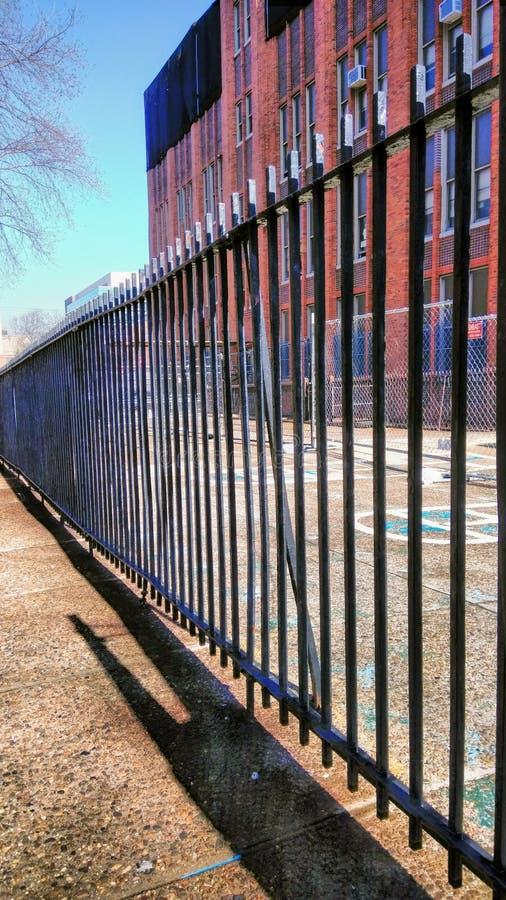 Żelazny ogrodzenie boiskiem na Temple University kampusie obraz royalty free