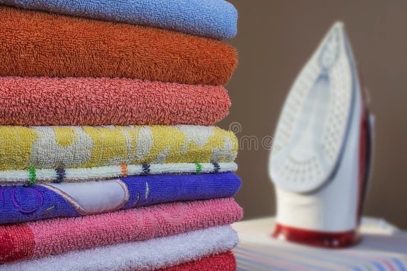 Żelazo i ręczniki zamykamy w górę Prasowanie czysta pościel zdjęcia royalty free