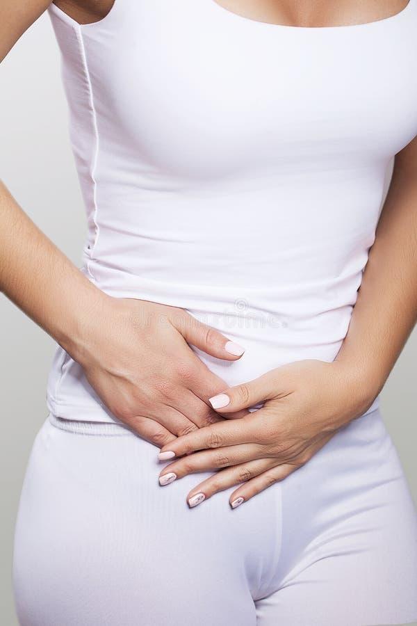 Żołądek obolałość Bolesne furory na prawej stronie podbrzusze appendicitis Młodej kobiety mienia ręki na ona żołądek Przeciw zdjęcia royalty free